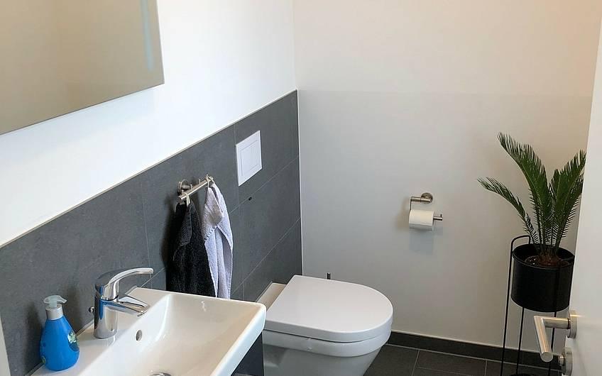 Auch im Bad herrschen klare Formen und Farben vor.