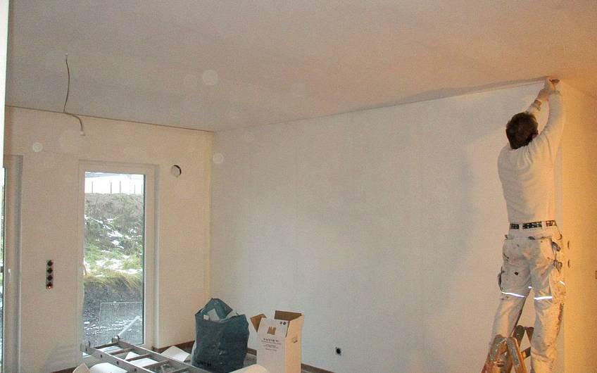 Tapezieren der Wände.