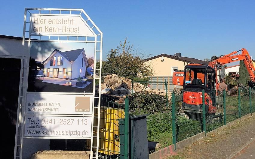 Grundstück mit Bauschild
