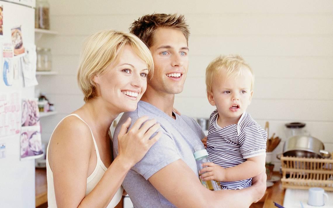 Paar mit Kind auf dem Arm