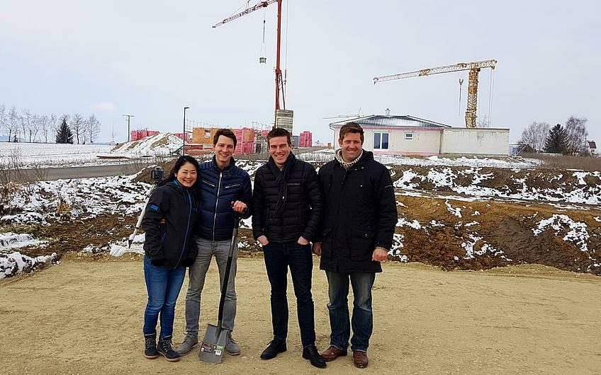Gruppenbild mit Bauherren sowie mit Verkaufsberater Martin Mayer und Bauleiter Oliver Marquart.
