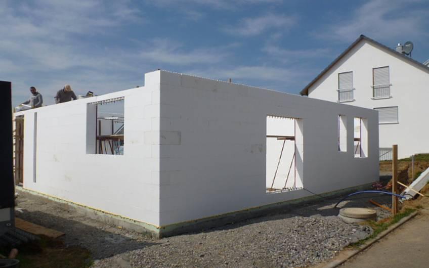 Bau des Erdgeschosses des Einfamilienhauses Signum Plus von Kern-Haus in Talheim