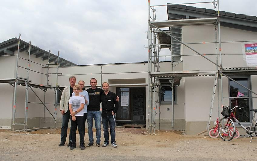 Die Familie baut den Kern-Haus-Bungalow Trio in Magdeburg