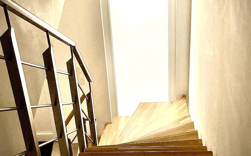 Das Fensterder Treppe bringt Tageslicht in den Flur.