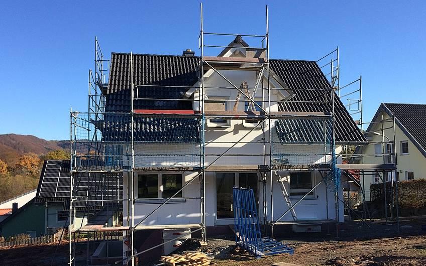 Die Dachdeckerarbeiten sind beendet.