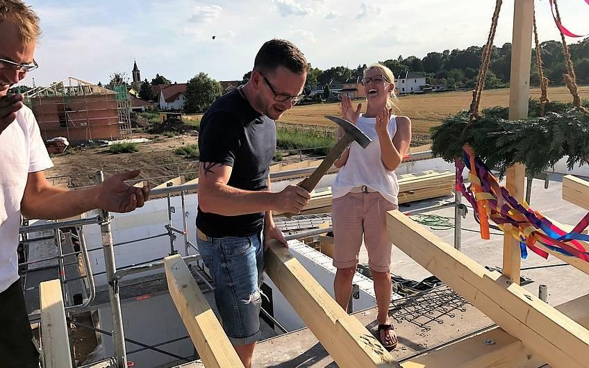 Bauherr in Magdeburg schlägt den letzten Nagel ein