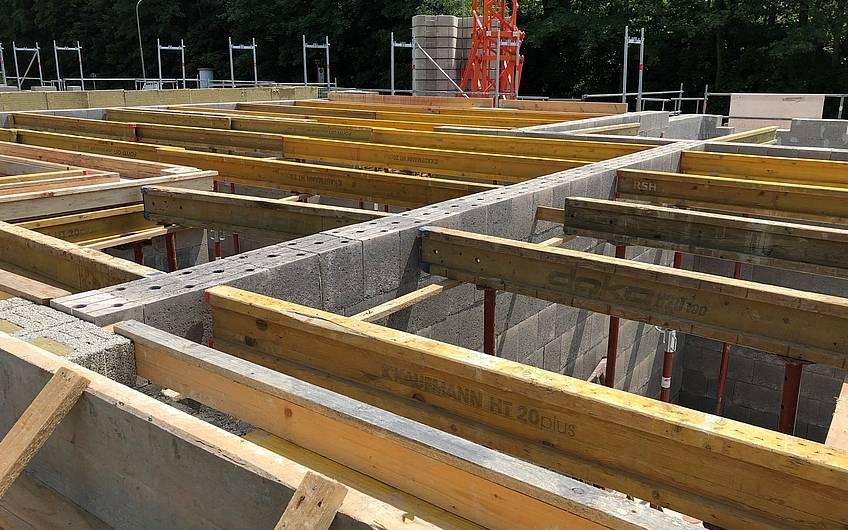 Um die Betondecke sicher verlegen zu können, werden Stahlträger verlegt.