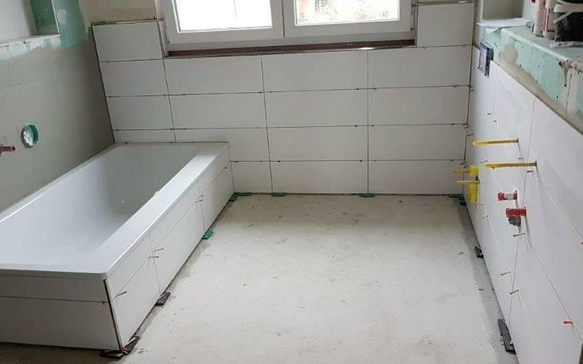 Verlegung der Fliesen im Badezimmer in der individuell geplanten Doppelhaushälfte Twin XL von Kern-Haus in Bammental
