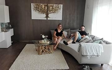 Bauherren auf der Couch im Wohnzimmer des individuell geplanten Einfamilienhauses Signum von Kern-Haus in Einselthum