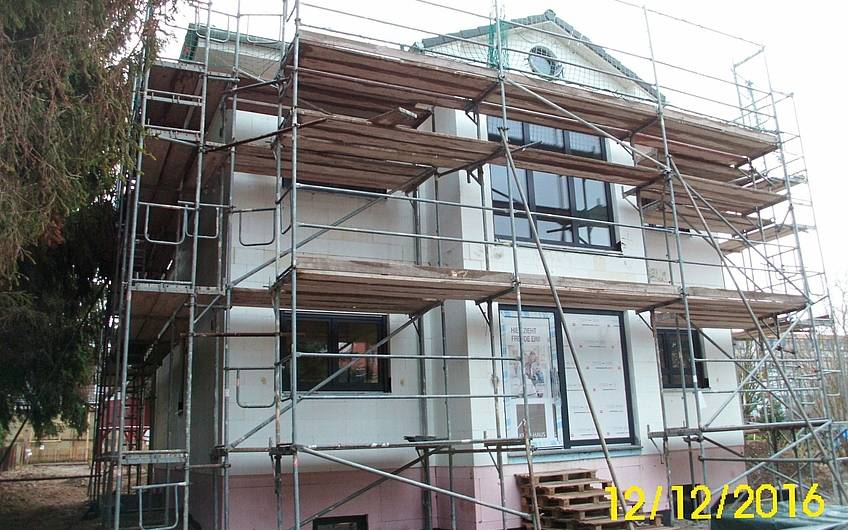 Das Haus bekommt Türen und Fenster.