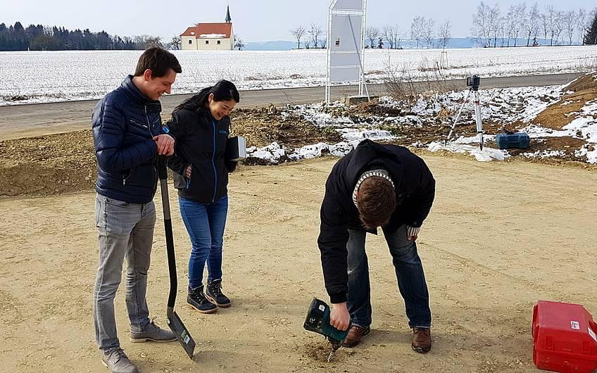 Bauherr Oliver Marquart beim Anbohren des harten Baugrunds.