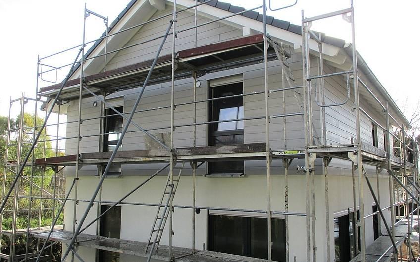 Die Fassade wird verkleidet.