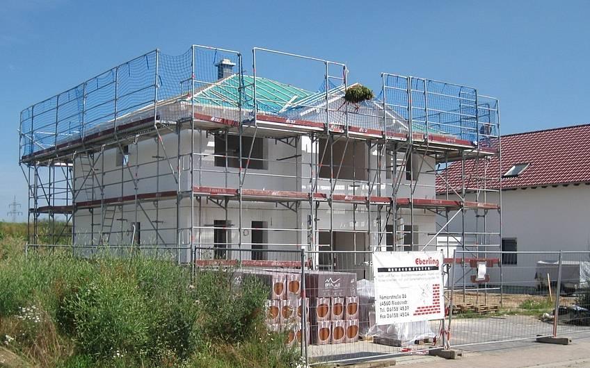 Die Dachziegel wurden angeliefert, jetzt kann das Dach gedeckt werden.
