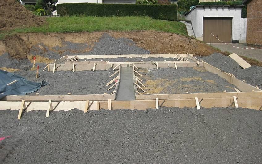 Die Schalung für die Bodenplatte der Garage ist fertig.