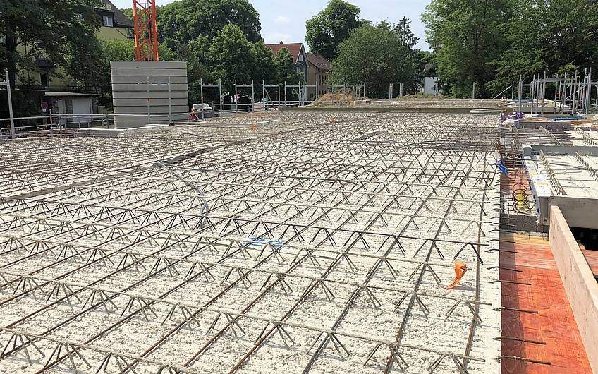 Die Betondecke wurde aus einzelnen Deckenplatten verlegt, die anschließend betoniert werden.