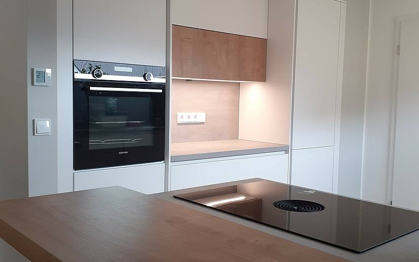 Kochfeld mit Blick in die Küche