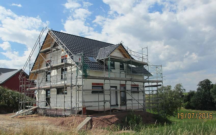 die Dacheindeckung ist erfolgt und die Fenster wurden eingebaut