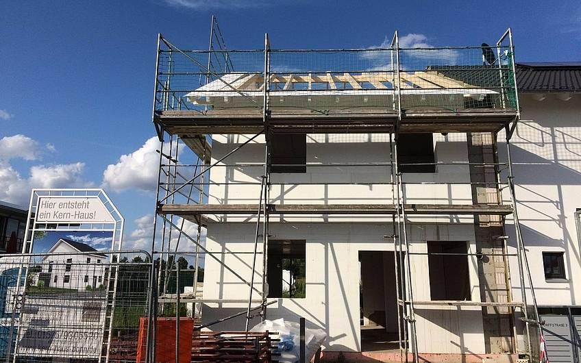 Der Dachstuhl ist fertig und die Dachpfannen können verlegt werden!