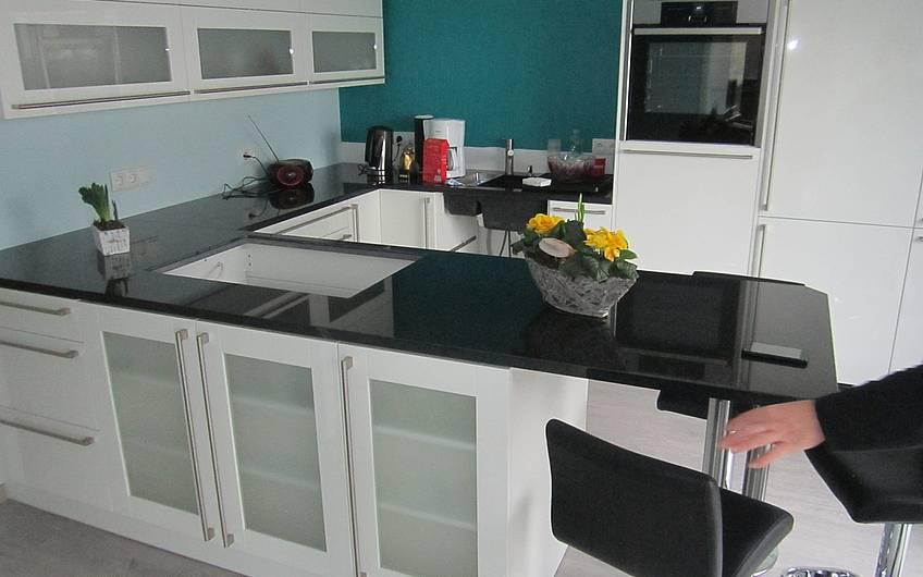 Die Küche im Erdgeschoss ist bereits eingerichtet.