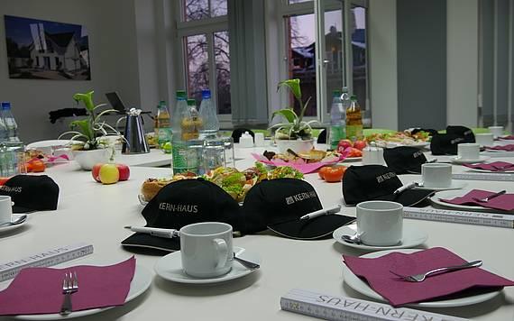 Handwerker-Frühstück bei Kern-Haus Chemnitz, gedeckter Tisch