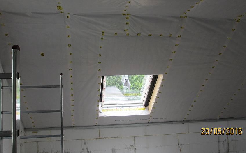 die Dachschräge wurde gedämmt und die Dampfbremsfolie aufgebracht