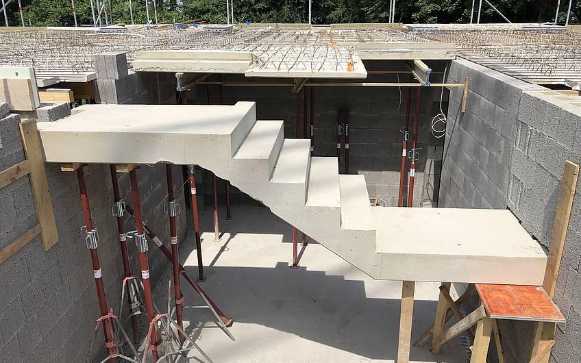 Im Zuge der Deckenverlegung wird auch die Betontreppe eingebaut.