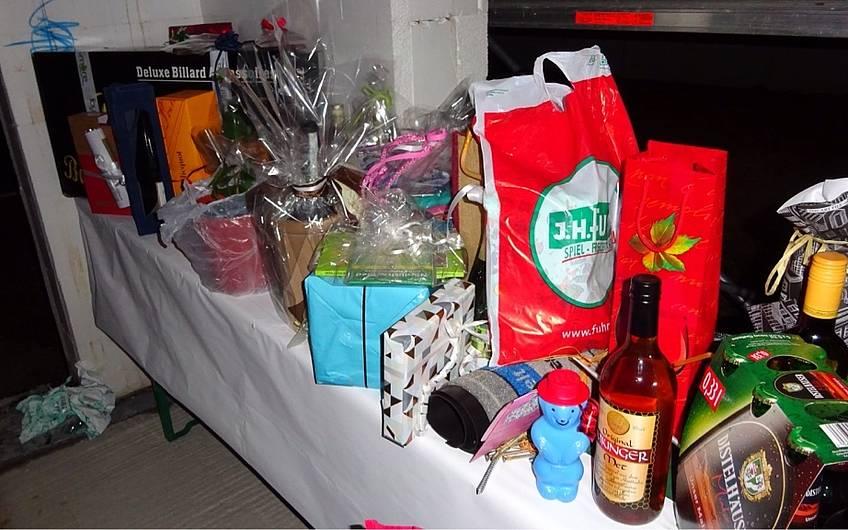 Die Gäste überreichten den Bauherren Geschenke zum Richtfest.