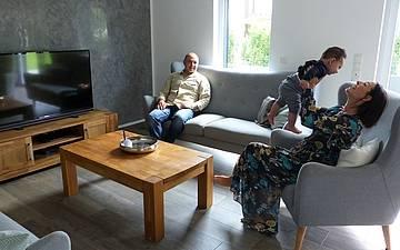 Baufamilie im Wohnzimmer des Einfamilienhauses Komfort von Kern-Haus in Neupotz