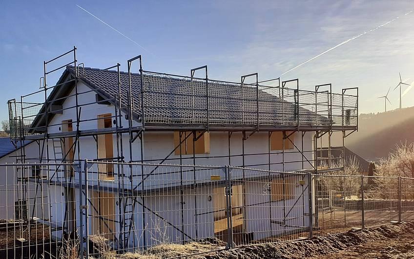 Zur Freude der Bauherren, ist der Dachdecker bereits fertig.