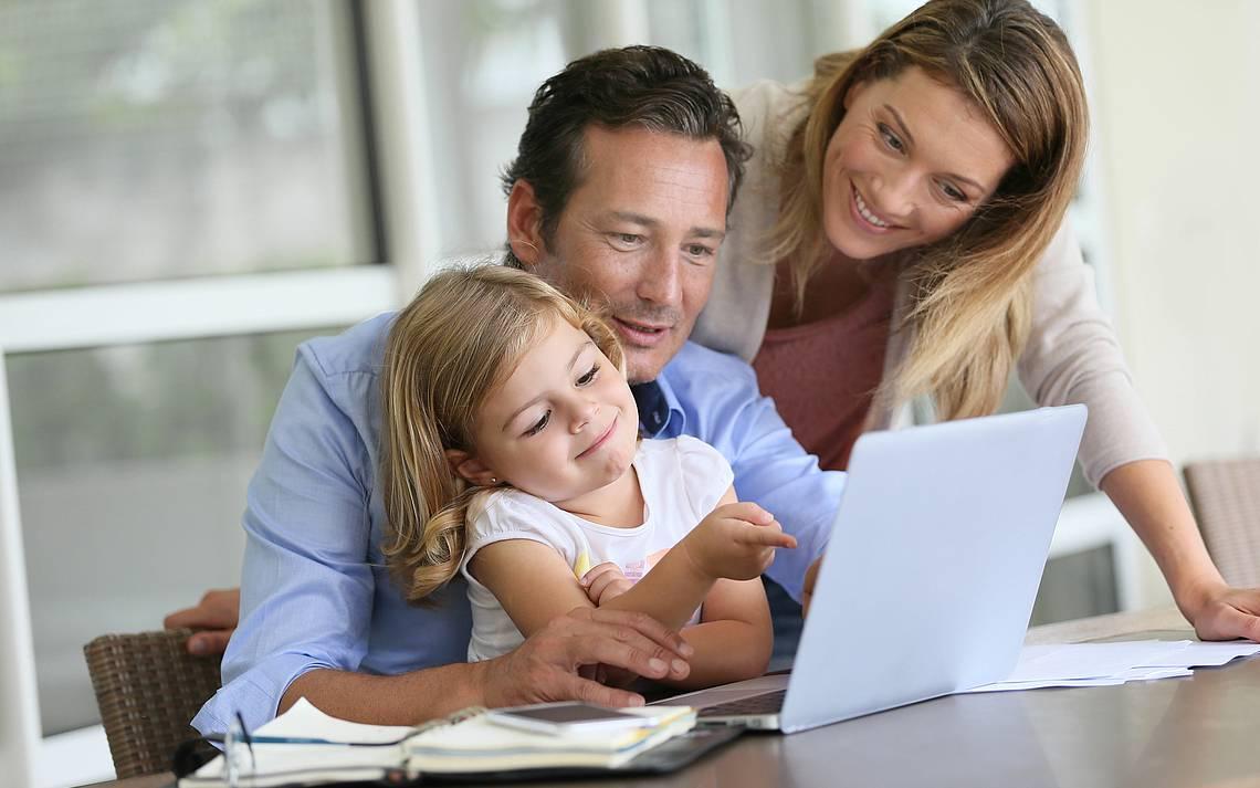 Familie vor Laptop