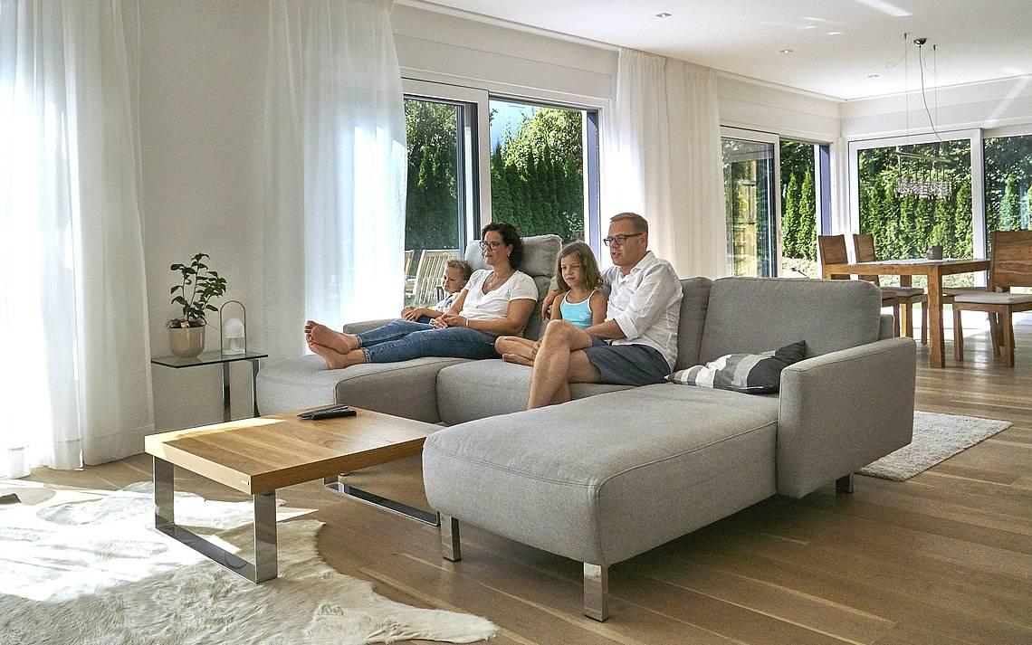 Familie beim Fernseh gucken