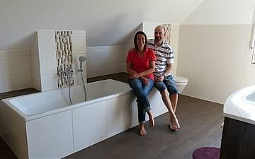 Bauherren im Badezimmer des individuell geplanten Einfamilienhauses Luna von Kern-Haus in Dettenheim
