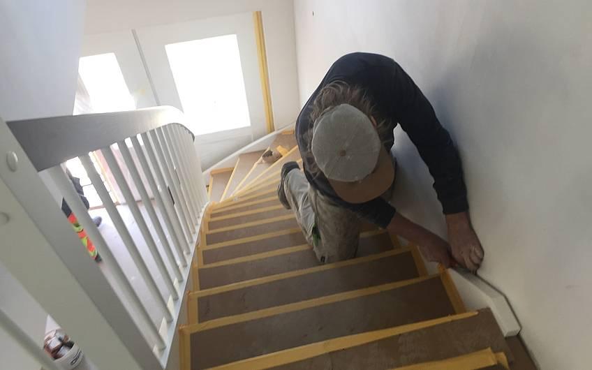 Montage der Treppe im individuell geplanten Einfamilienhaus Aura von Kern-Haus in Weinheim-Rippenweier