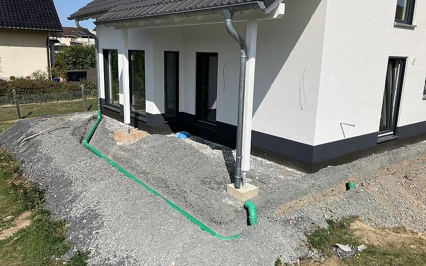 Die Leitungen für die Dachentwässerung wurden verlegt.