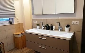 Badezimmer im individuell geplanten Einfamilienhaus Esprit von Kern-Haus in Hohen-Sülzen