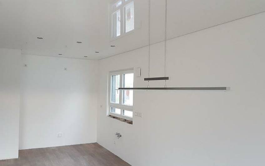 Lackspanndecke in Küche und Esszimmer in der individuell geplanten Doppelhaushälfte Twin XL von Kern-Haus in Bammental