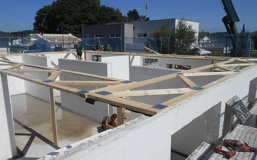 Der Dachstuhl wird gerichtet.