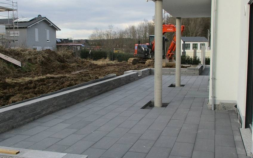 Die Terrasse wird gepflastert.