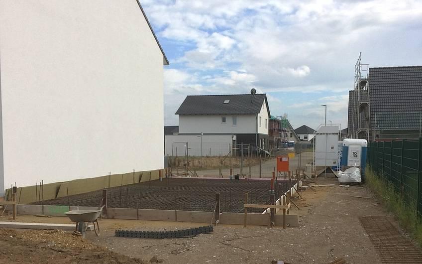 Die gesteckte Fläche wird nun mit beton gefüllt, die Bodenplatte entsteht.