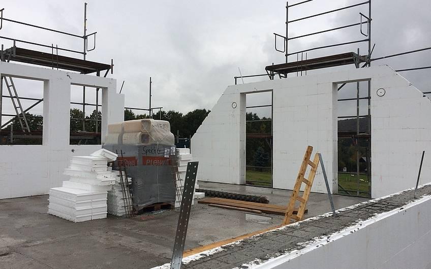 betoniertes Dachgeschoss - jetzt kann der Dachstuhl gerichtet werden.