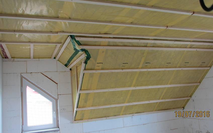 Dachdämmung, Dampfbremsfolie und Lattung wurden an die Dachschrägen und die Decke angebracht.
