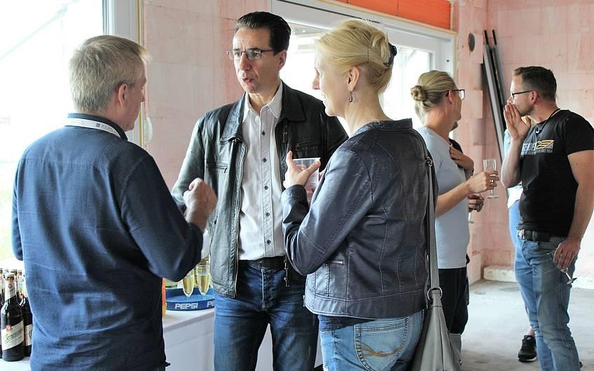Menschen auf der Rohbaubesichtigung von Kern-Haus Magdeburg