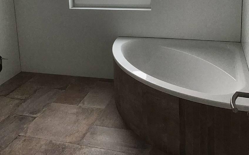 Badezimmer in der individuell geplanten Doppelhaushälfte Twin XXL von Kern-Haus in Korb