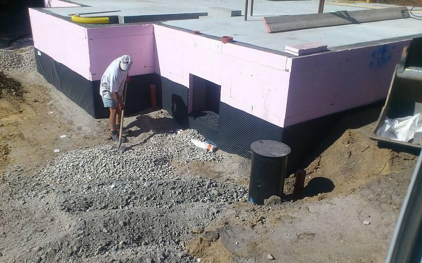 Erdarbeiten neben dem Keller.