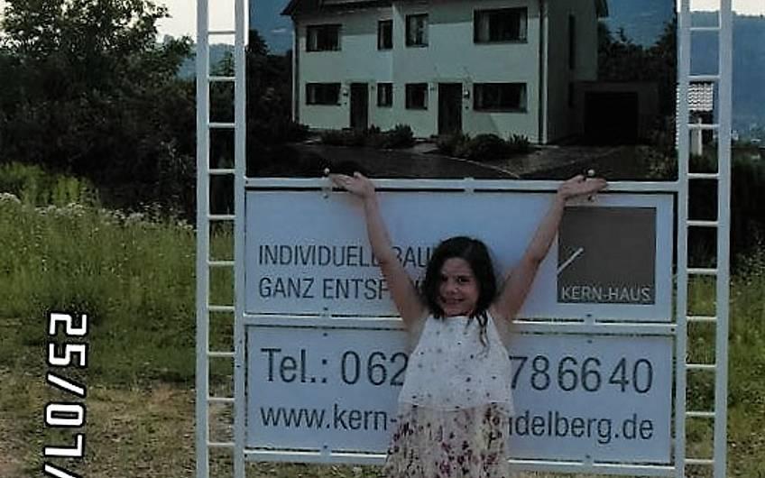 Baustellenschild auf dem Grundstück für die individuell geplante Doppelhaushälfte Twin XL von Kern-Haus in Bammental