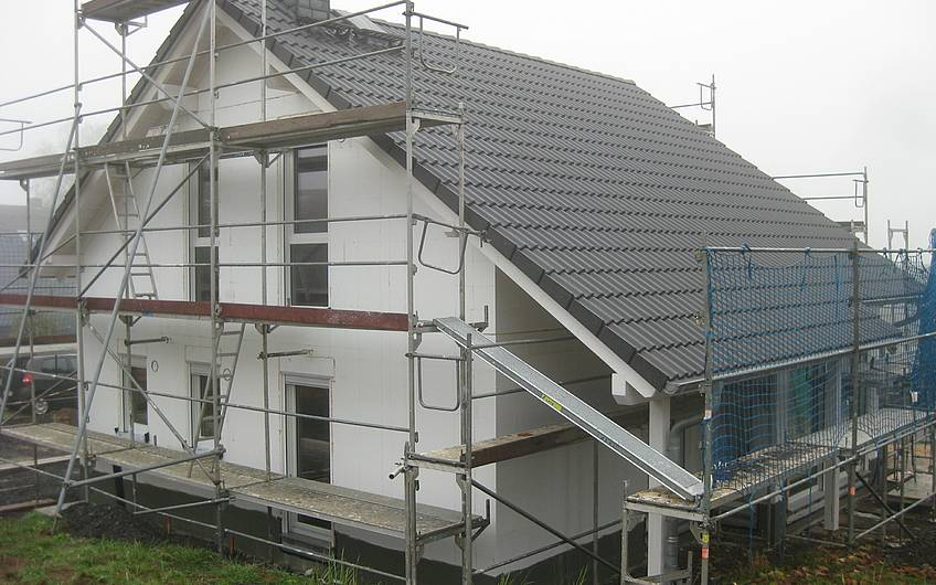 Die Dacheindeckung ist fertiggestellt.