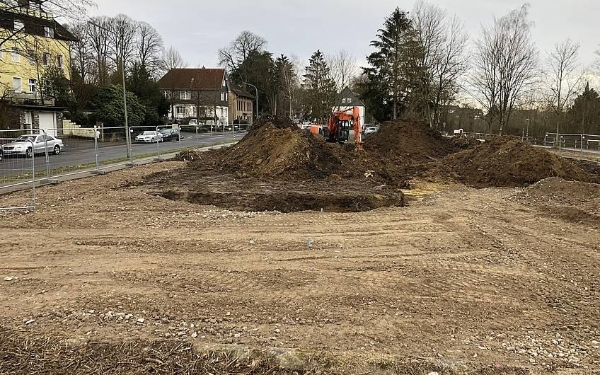 Der Mutterboden wird bis zur geplanten Baugrubentiefe abgetragen.