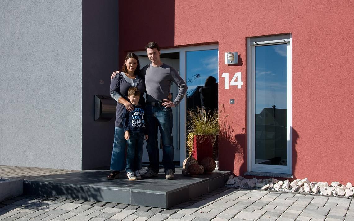 Bauherren Leonart vor ihrem Haus