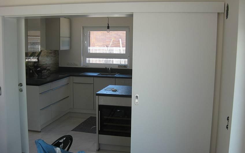 Die Schiebetür zur Küche ist eingebaut.