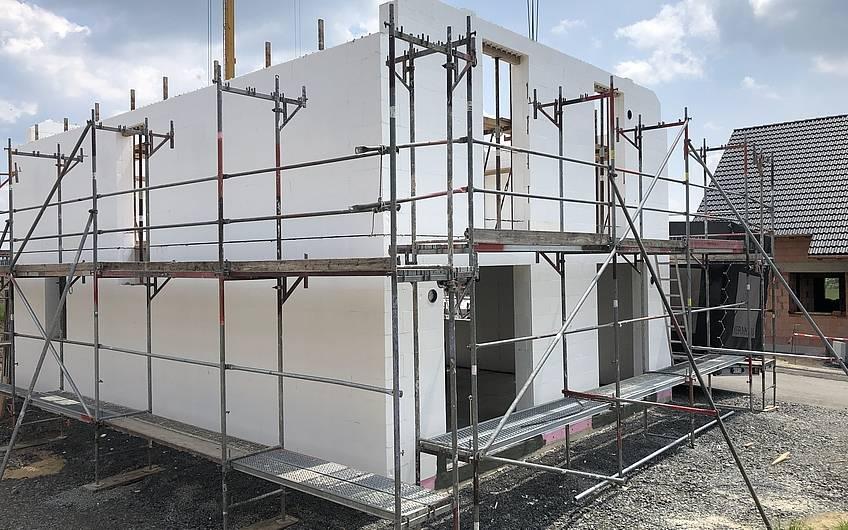 Die Außenwände des Dachgeschosses wurden fertiggestellt und können betoniert werden.